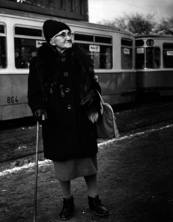 Rentnerin vor der Tram